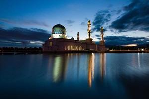Mesquita de kota kinabalu ao amanhecer em sabah, leste da malásia, bornéu