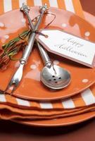 feliz halloween laranja bolinhas e listras mesa de jantar configuração.