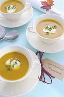 cenário de mesa de ação de Graças com sopa de abóbora.