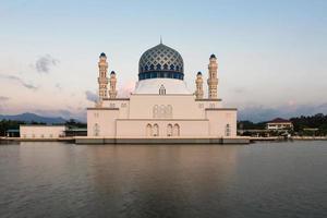 Mezquita flotante de la ciudad de Kota Kinabalu, Sabah Borneo, Malasia oriental