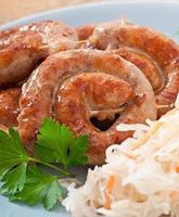 salchichas fritas bávaras en chucrut foto