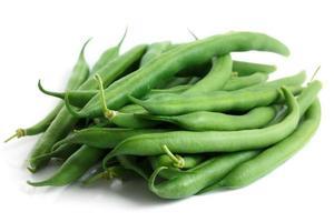 haricots verts entiers français isolés sur blanc.