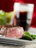 cena festiva de carne con bebida