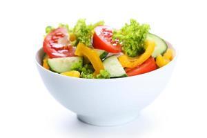 Ensalada de vegetales frescos aislado en blanco