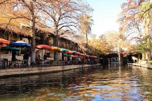 canal en paisaje de la ciudad foto