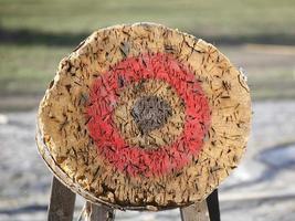 tiro con arco de círculo y objetivo de jabalina al aire libre como fondo illustr foto