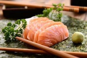 comida japonesa - sashimi de salmón foto