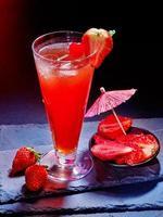 bebida roja con cereza y piña 27 foto