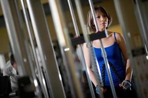 mujer entrenando en el gimnasio foto