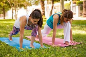 sterke vrouwen die yoga doen