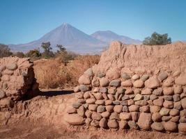 montagne conique à travers le paysage de mur