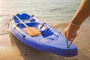 el hombre arrastró el kayak hasta la orilla