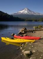 Par de kayaks en Mount Hood sentado en el lago Trillium