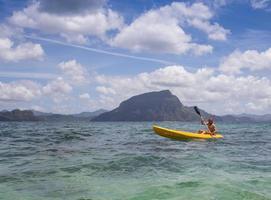 jóvenes remando en kayak