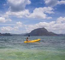 jóvenes remando en kayak foto