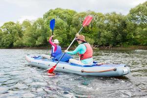 niña con su madre en kayak