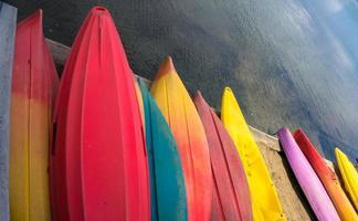 kleurrijke kajaks