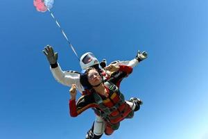Foto de paracaidismo. tándem.