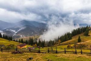 Paisaje de montaña con nubes y niebla. foto