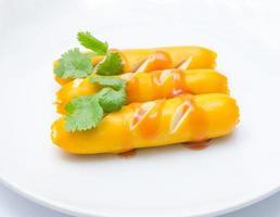 fila de salchichas en el plato fundamento blanco