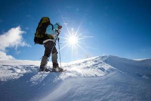 excursionista en montañas de invierno