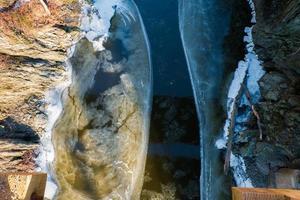 río medio congelado en invierno foto