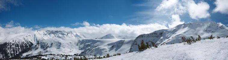 panorama de montañas de invierno