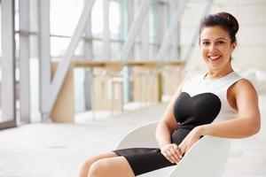 carrera mezclada, asiático, mujer de negocios, relajante, horizontal, retrato foto