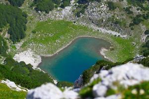 lago de montaña turquesa