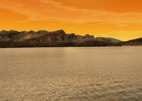 lago de luz dourada