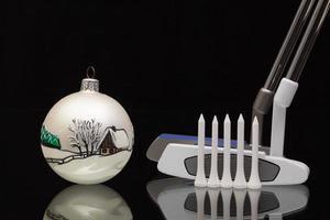 decoración navideña y dos putters de golf foto