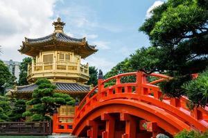 Pabellón de oro de la dinastía tang en el convento de monjas de chi lin, hong kong foto