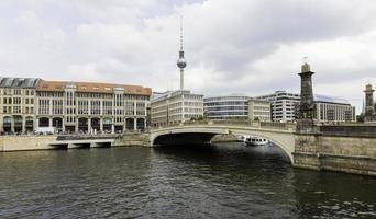 Puente Friedrichsbruecke sobre el río Spree, torre de televisión en el fondo
