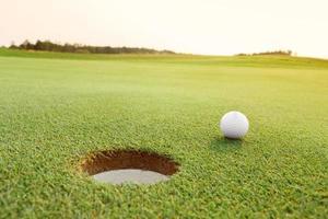 pelota de golf en el campo verde foto