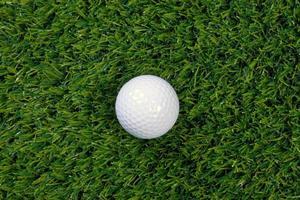 pelota de golf sobre hierba foto