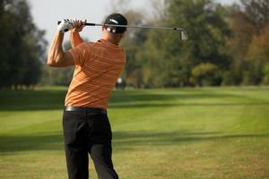 joven, balanceo, club de golf, vista trasera foto