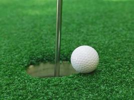 Golfball in der Nähe des Lochs