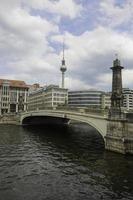 Friedrichsbruecke brug over de rivier de spree, tv-toren in backgroun