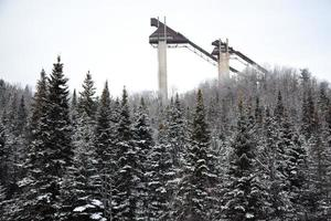 torres de salto de esqui no lago calmo. Vila