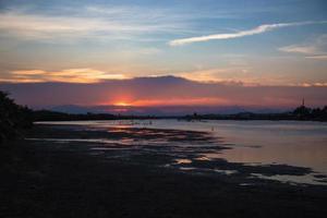 puesta de sol sobre el río en vietnam foto