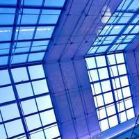 techo azul moderno en la oficina