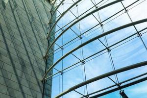 arquitectura de cristal del moderno centro comercial foto