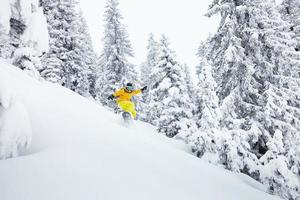 Freeride snowboarder en pista de esquí