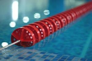 piscina con linea roja