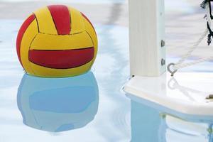 pelota flotante de waterpolo y portería foto