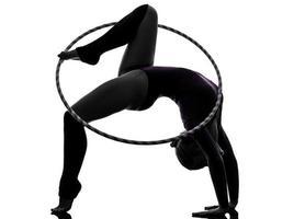 ginástica rítmica com silhueta de mulher de bambolê