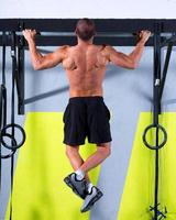 gym toes to bar man pull-ups 2 bars workout