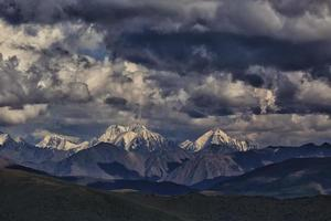 montañas. glaciares de casquetes de hielo en tiempo nublado foto