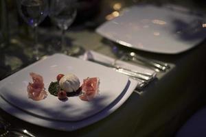 entrada con jamón serrano, queso y tomates cherrys foto