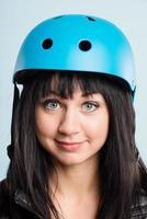 Mujer divertida con casco de ciclismo retrato personas reales de alta definición